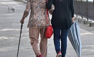 Une retraitée se promène (image d'illustration).