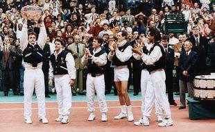 Finale de la Coupe Davis - De gauche a droite : Henri Leconte ; Olivier Delaitre ; Fabrice Santoro ; Guy Forget et Yannick Noah, au Palais des Sports de Gerland à Lyon le 1er décembre 1991
