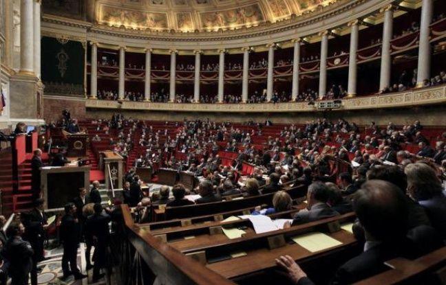 Les 6.611 candidats aux 577 sièges de députés ont lancé lundi la bataille des législatives des 10 et 17 juin, dont l'enjeu crucial est de savoir si François Hollande disposera de la majorité à l'Assemblée nationale.