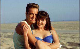 Les acteurs Luke Perry et Shannen Doherty sur le tournage de «Beverly Hills» dans les années 90