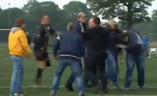 Capture d'écran de la vidéo du match de handifoot entre l'équipe belge et néerlandaise qui a fini en bagarre, le 1er juin 2013.