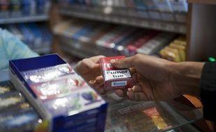 Vente de cigarettes chez un buraliste à Paris.