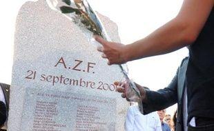 Douze ans après l'explosion de l'usine chimique AZF à Toulouse, la commémoration de la catastrophe du 21 septembre 2001 a réuni samedi environ 500 personnes, en ordre dispersé comme chaque année, signe d'une division persistante sur l'explication du sinistre
