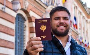 Le pilier du Stade Toulousain Maks Van Dyk montre fièrement le passeport français qu'il vient d'obtenir.