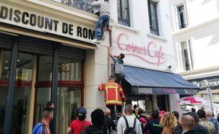 Des passants escaladent une façade et sauvent trois enfants d'un incendie