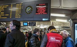 Des agents SNCF renseignent les clients à la gare  Lyon-Part-Dieu, le 26 février 2015. AFP PHOTO / JEFF PACHOUD