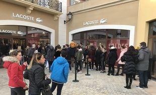 Les files d'attente se sont multipliées ce dimanche à Miramas pour entrer dans les boutiques.