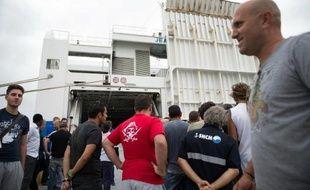 """Des grèvistes devant le ferry """"Jean-Nicoli"""" de la SNCM bloqué le 4 juillet 2014 dans le port de Marseille"""