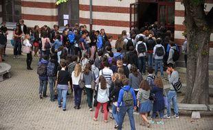Les abords d'un lycée français en 2016.
