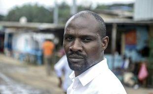 L'écrivain gabonais Janis Otsiemi dans le quartier des Charbonnages à Libreville, le 23 septembre 2015