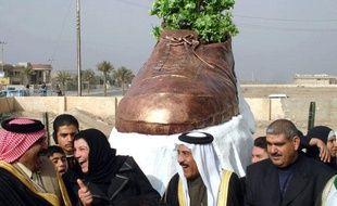 Des irakiens inaugurent un monument en bronze en l'honneur du journaliste Mountazer al-Zaidi qui avait lancé sa chaussure sur le président américain George W. Bush, Tikrit, le 27 janvier 2009.