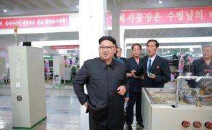 Le leader nord-coréen Kim Jong-Un (au centre) inspecte une usine à Pyongyang le 21 juin 2016