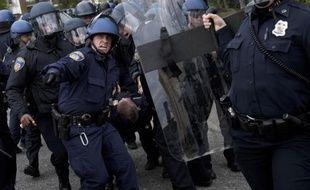 Evacuation d'un policier blessé lors des violences le 27 avril 2015 à Baltimore