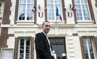 Cyril Nauth, maire Front national de Mantes-la-Ville, photographié devant l'Hôtel-de-Ville juste après son élection le 31 mars 2014