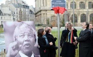 """Le maire de Paris Bertrand Delanoë (PS) a inauguré jeudi en plein centre de la capitale un jardin """"Nelson Mandela"""" en compagnie du ministre sud-africain de la Culture Paul Mashatile, qui a appelé à """"perpétuer les enseignements"""" du héros de la lutte anti-apartheid."""