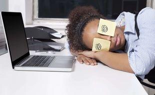 Cette employée n'a clairement pas eu le temps de recharger ses batteries. Et, comme nous, elle aimerait ne plus avoir besoin de dormir. Illustration.