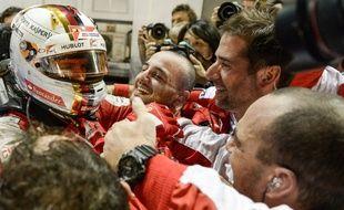 Sebastian Vettel fête sa victoire au GP de Singapour avec les membres de son écurie Ferrari, le 20 septembre 2015.