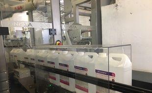 L'entreprise Christeyns basée à Vertou près de Nantes produit du gel hydroalcoolique par bidons