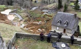 Des habitants observent, le 28 février 2015, le glissement de terrain qui depuis la veille a coupé du monde un hameau du village de Gazost, dans les Hautes-Pyrénées