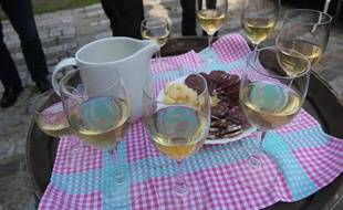 Illustration de verres de vin lors d'un apéritif.