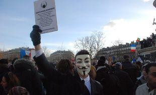 Un manifestant porte un masque Anonymous le 11 janvier à Paris.