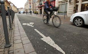 Un vélo roule dans un contre-sens cyclable à Lille