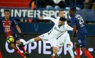 Rémy Cabella, ici à la lutte avec Saîf-Eddine Khaoui et Romain Genevois, a notamment été impliqué sur trois des cinq buts stéphanois samedi à Caen. JEAN-FRANCOIS MONIER