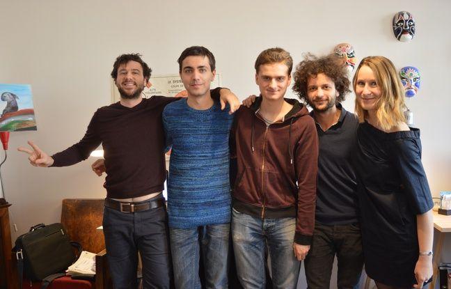 Une partie de l'équipe de Knot, avec les co-fondateurs Arthur Keller (à gauche), Polina Mikhaylova (à droite), avec l'ingénieur en électronique Raphaël Meyer (deuxième en partant de la droite), et les développeurs Robin Biechy et Kevin Baumeyer.
