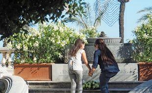 Inès, une petite orpheline de 11 ans, est venue déposer quelques fleurs