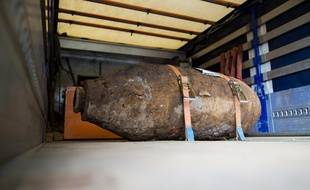Disarmed World War II bomb is pictured on the platform of a truck near Muehlheim Bridge in Cologne, western Germany, on May 27, 2015. German authorities evacuated around 20,000 people from their homes in the western city of Cologne till the World War II bomb was disarmed on the afternoon of May 27, 2015.  AFP PHOTO / DPA / ROLF VENNENBERND +++ GERMANY OUT
