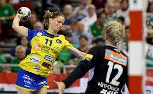 Manon Houette et la fameuse jupe de Metz Handball, ici lors du Final Four de Ligue des champions, le 12 mai à Budapest. ATTILA KISBENEDEK