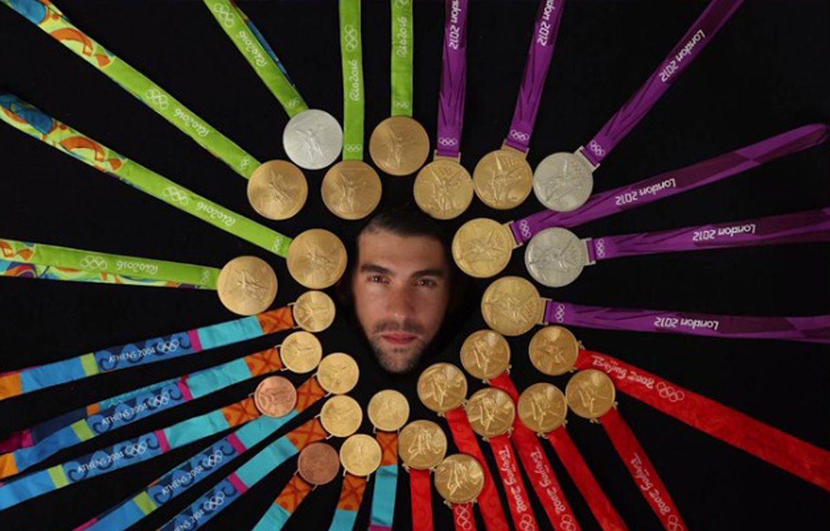 Michael Phelps a posé avec ses 28 médailles olympiques pour le magazine américain Sports Illustrated.  – Sports Illustrated