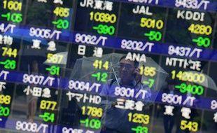 La Bourse de Tokyo s'effondrait encore jeudi à cause d'un net regain du yen, énième journée de forte volatilité de la place tokyoïte secouée depuis plusieurs semaines par les soubresauts des monnaies et les accès d'enthousiasme ou de déception au gré des mouvements des banques centrales ou gouvernements.