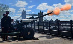 Plusieurs dizaines de coups de canon ont été tirés lundi midi à Londres, depuis Green Park, au centre de la capitale, et la Tour de Londres, pour marquer les 60 ans du couronnement de la reine Elizabeth II.