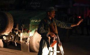 Un policier afghan bloque une route près du Park Place à Kaboul le 13 mai 2015 après une attaque