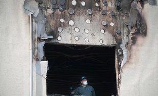 Un enquêteur inspecte le 28 mai 2014 une fenêtre de l'hospice de Hyosarang, près de Janseong, à 300 km au sud de Séoul, où 21 personnes sont mortes après un incendie