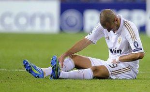 L'attaquant du Real Madrid, Karim Benzema, touché à l'adducteur gauche lors d'un match de Ligue des champions contre l'Ajax Amsterdam, le 27 septembre 2011.