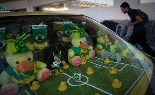 Un taxi décoré de jouets aux couleurs de la Coupe du Monde, à l'aéroport de Rio de Janeiro, le 4 juin 2014