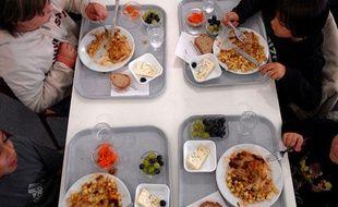 Des enfants mangent à la cantine. Illustration repas cantine.