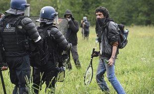 Face à face entre gendarmes et zadistes à Notre-Dame-des-Landes, le 17 mai 2018.