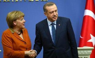 La chancelière allemande Angela Merkel a réitéré lundi à Ankara son engagement à relancer prudemment le processus d'adhésion moribond de la Turquie à l'UE, mais en demandant à Ankara de lever en échange son blocage sur la question de Chypre.