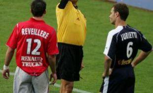 Bruno Derrien au sifflet, lors d'un match enter Lyon et Bordeaux, le 17 septembre 2005.