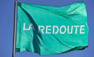 Un drapeau à l'effigie de La Redoute
