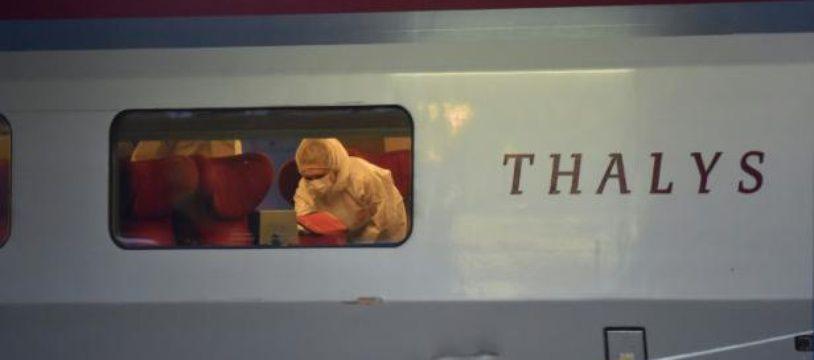 Un enquêteur inspecte le Thalys après un attentat manqué, le 21 août 2015