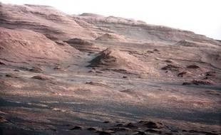 Détail de la première photo en haute résolution envoyée par Curiosity depuis Mars, dont les couleurs ont été modifiées par la Nasa.