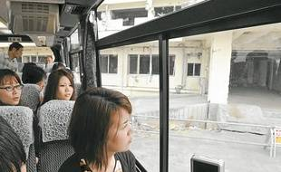 Des touristes, le 2 mai 2012, dans la région de Fukushima (Japon), dévastée en mars 2011.