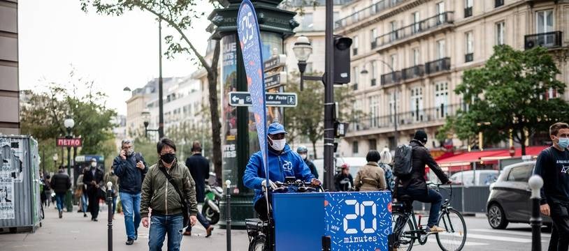 Distribution du journal 20 Minutes dans Paris en vélo triporteur, le 12 octobre 2020.