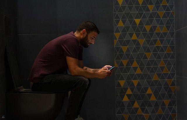 Pourquoi les Français sont-ils accros à leur portable jusqu' aux toilettes ? 640x410_homme-toilettes-portable
