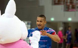 Le capitaine cessonnais Sylvain Hochet, ici en compagnie de la mascotte du club, «Roucoulette».