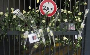 De nombreuses fleurs ont été déposées devant le parking où a été kidnappée la victime